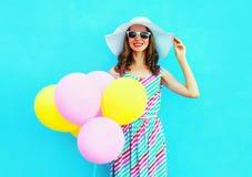 夏令时!塑造有空气五颜六色的气球的愉快的微笑的少妇 免版税库存图片