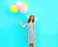 夏令时!塑造有空气五颜六色的气球的逗人喜爱的微笑的妇女 免版税库存照片