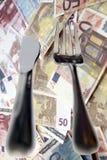 外出吃饭在货币和叉子查出的刀子 图库摄影
