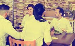 外出吃饭在餐馆的人 免版税库存照片