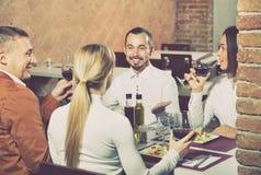 外出吃饭快活在国家餐馆的人 免版税库存照片