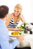 外出吃饭的夫妇 免版税库存图片