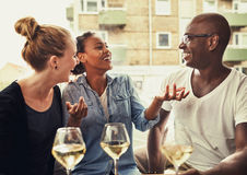 外出吃饭的朋友,多种族概念 免版税图库摄影