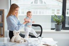 外出的使用在工作的妈妈和孩子 免版税库存照片