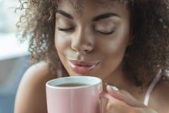 外出的女孩饮用的杯子饮料 免版税库存照片