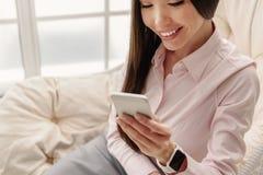 外出的年轻女性看的机动性 免版税库存图片