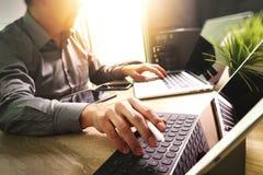外包研究大理石书桌运转的膝上型计算机Comput的开发商 库存图片