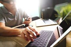 外包研究大理石书桌运转的膝上型计算机Comput的开发商 免版税库存图片