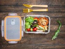 外卖餐为孩子做准备 有sala的学校午餐箱子 免版税图库摄影
