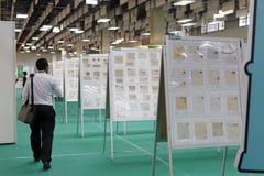 外国人参观邮票展示 免版税库存图片