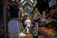 外国女孩购物在Chatuchak周末市场上在曼谷 免版税库存图片