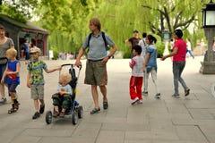 外国家庭在北京北海公园 免版税库存照片