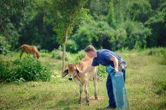 外国游人在泰国,传统泰国礼服农夫后面 免版税库存照片