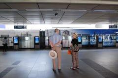 外国的长辈等待skytrain在泰国驻地 免版税库存照片