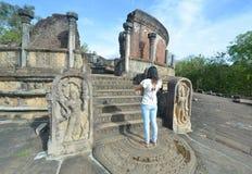 外国访客崇拜Polonnaruwa Vatadage 库存照片