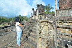 外国访客崇拜Polonnaruwa Vatadage 免版税图库摄影