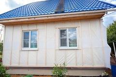 外在墙壁绝缘材料在木房子里 免版税库存照片