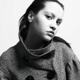 外套俏丽的妇女年轻人 免版税库存图片