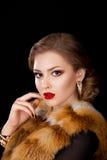 外套狐皮衣领的-夜礼服斗蓬妇女 免版税库存图片