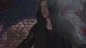 外套的人有在他的顶头身分的一个敞篷的在火 烧魔术师 调低的照相机 影视素材
