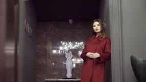 外套的编目的Photoshoot 在外套的一个模型为摄影师摆在 影视素材