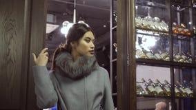 外套的编目的Photoshoot 在外套的一个模型为摄影师摆在 股票录像