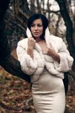 外套高衣领典雅的女孩白色 免版税库存照片