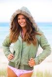 外套戴头巾微笑的泳装妇女年轻人 免版税库存照片