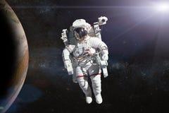 外层空间的宇航员在行星的背景 免版税库存照片
