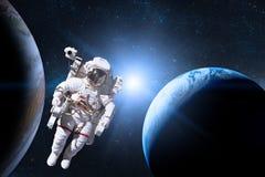 外层空间的宇航员在行星的背景 库存照片