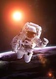 外层空间的宇航员反对背景  免版税图库摄影