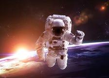 外层空间的宇航员反对背景  免版税库存图片