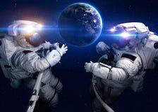 外层空间的宇航员反对背景  免版税库存照片