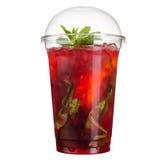 外带的饮料 在塑料杯子的刷新的饮料 与冰和薄菏的红色鸡尾酒 库存图片