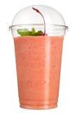 外带的饮料 在塑料杯子的刷新的饮料 桃红色圆滑的人用樱桃和薄菏 免版税库存照片