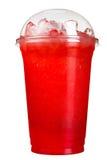 外带的饮料 在塑料杯子的刷新的饮料 红色莓果汁 图库摄影