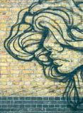 外形的与大头发-绿色口气街道画女孩 免版税库存图片