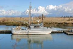 外形观点的小鳃网捕渔船的人 免版税图库摄影