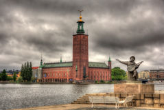 外推Taube纪念碑和斯德哥尔摩市政厅 免版税库存照片