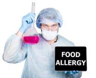 外科制服的医生,拿着烧瓶和数字式片剂个人计算机有食物过敏标志的 技术,互联网和 免版税库存照片