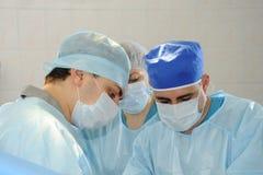 外科医生做操作 免版税库存照片