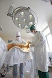 外科医生小组工作 库存照片