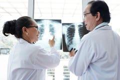 外科医生辨证关于X-射线结果 图库摄影
