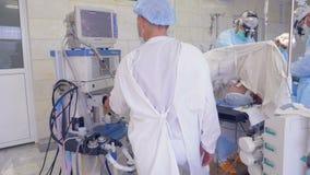 外科医生队进行操作,并且他们中的一个协助 影视素材