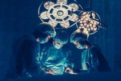 外科医生合作与患者一起使用监视外科ope的 库存照片