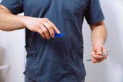 外科医生和医疗设备在医生手上 概念的健康 免版税图库摄影