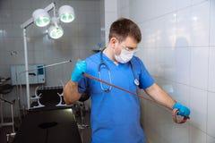 外科医生在手上的拿着医疗仪器 概念的健康 库存图片
