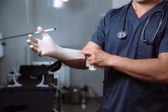 外科医生在手上的拿着医疗仪器 概念的健康 免版税库存图片