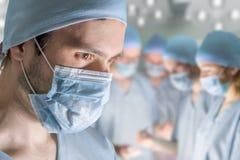 外科医生在手术屋子里操作患者 免版税库存图片