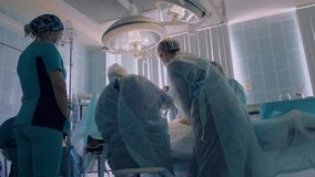 外科医生进行操作的手术室在医院 影视素材